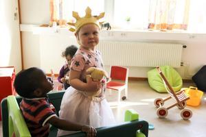 Amanda har klätt ut sig till prinsessa och lillprinsen Linus håller koll.