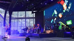 Americana-romantik är ett genomgående tema i de olika videos som spelas upp under varje låt på First Aid Kits konsert på Dalhalla i tisdags. Som detta animerade collage av amerikanska roadtrip-symboler. FOTO: Erik Augustin Palm