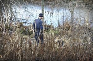 Polisen genomsökte det avspärrade området med hund under måndagsförmiddagen.
