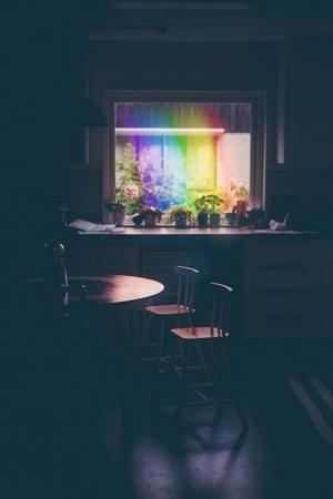 Regnbågen slutade precis utanför Lises köksfönster. Foto: Lise Svelander.