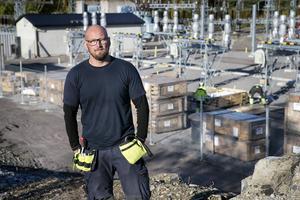 Montören Stefan Arborén känner sig irriterad över att behövas mötas av skadegörelse och kopparstölder vid arbetsplatsen i Höljebro.