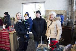 Amanda Lindström, Calle Pettersson 2 år, Hans Lindström och Chatrine Lindström från Gävle var på julmarknaden för första gången och hittade fint hantverk.