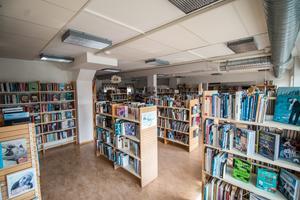 Bibliotek får inte försvinna  från Sundsvalls kommun, hävdar debattörerna.