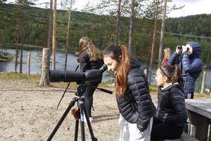 Meliza Jansson från klass 8 studerar omgivningarna med kikare för första gången i livet.