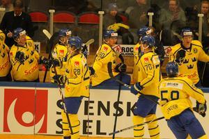 Tre Kronor firar sitt 1–0-mål mot Norge.