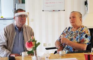 Peter Reivall vid ett av sina besök till sin hustru Grazyna på Ardalagården. Nu vill han tacka all personal i hela omsorgsförvaltningen.