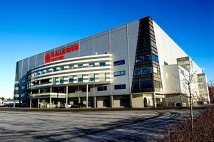 Kommunens har minskar representationen i Fjällräven Center med 145 000 kronor i månaden.