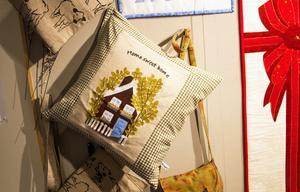 I utställningen visas främst textilföremål upp.