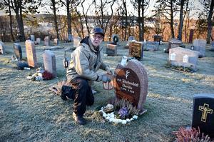 Sten-Olof sköter om begravningsplatsen och sörjer sin fru Cherstin varje dag.