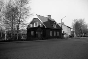 Så här såg det ut på andra sidan där viadukten landande på Storgatan. Till vänster fanns lokmästarexpeditionen och den större byggnaden utgjordes av omklädningsrum och jourrum för järnvägsfolket.