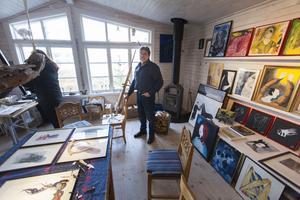 Per-Håkan Laurin gör knivar som kan liknas med konstverk, men allt började faktiskt med målningen och det har han också fortsatt med.