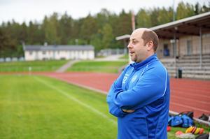 En gång i veckan kör Peter Lind en buss med plats för nio personer till Holmvallen för träning.