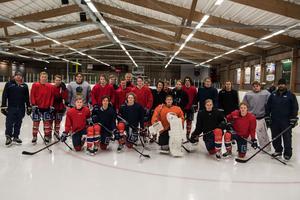 Så här ser de ut, Örnsköldsvik Hockeys J18-lag som på fredagen åkte söderut till Örebro för helgens 16-delsuppgörelse i SM.