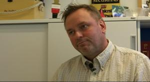 Ronny Fredriksson säger att om väktaren hamnar i en situation där man riskerar våld men kan dra sig ur. Så är det bättre att fly än illa fäkta, för det är inte dennes uppgift att ingripa. Och den har ingen plikt att göra det.
