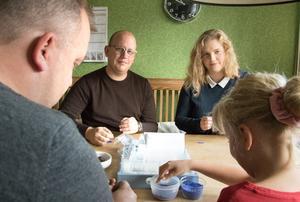 För Jesper och Kristin var det en självklarhet att hjälpa till. – Det är ju för ett bra ändamål, säger Kristin.