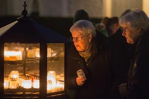 Maj Carlsson och Ann-Marie Pettersson tände ljus vid Överjärna kyrka.