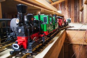 De tågset som inte används körs in under tak. Loken är utrustade för att spela upp autentiska ljud inspelade från förlagorna.