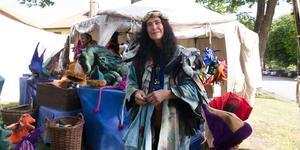 Ami Malm säljer allt från drakar till huvudbonader.  Det är inte första gången hon kommer till Arboga för att ställa upp ett stånd och sälja sina saker.