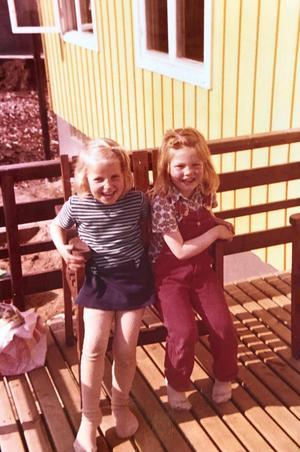 Sara och Katarina i femårsåldern.