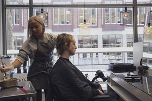 Linnéa längtar tills håret växer ut igen. Här får hon hjälp att färga och sätta i extensions.