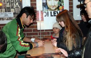 Josef Özer signerade skivor på Prisma i Punkt 2005.