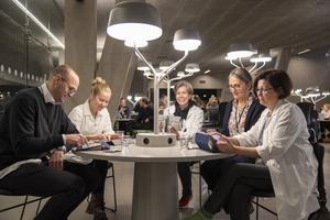 Bildtext: Mari Sandell leder forskningsstudien och tog med sig flera forskare ur sin grupp till Örebro. Johan Swahn, Saara Lundén, Mari Sandell, Åsa Öström och Anu Hopia tittar igenom testet tillsammans. Foto: Örebro universitet