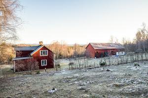 Hästgård med drygt 8,3 ha mark. Ladugård delvis inredd som stallbyggnad med 4 boxar. Jakträtt finns. Foto: Svensk Fastighetsförmedling, Ludvika.