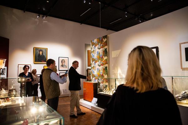 Filmstjärnor, tapeter, köksmöbler och en soffa ryms i 1900-talets del i utställningen.