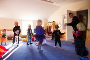 Förskolläraren Madeleine Karlsson dansade med barnen.