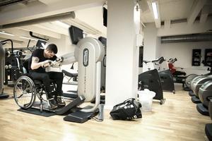 Armcykeln är en av de maskiner Jonas använder flitigast. Vid konditionsträning sitter han 1,5-2 timmar i sträck och