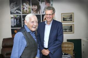 Erik Eriksson och Peter Graf. De träffades även när statsministern besökte Ängsgården. Tiohundra och Norrtäljemodellen har blivit kända namn i Sverige.