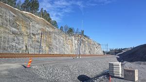 En järnväg har byggt, så att en del av det gods som anländer till Norvik kan transporteras vidare med tåg.