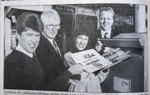 ÖA 7 december 1993. Styrelsen för jubileumsstiftelsen postar inom kort jubileumsalmanackan till samtliga hushåll. Dan Olsson, Lars Andersson, Åsa Bodén Lernman och Anders Källström tycker at hushållen ska känna till programmet för jubileumsåret 1994.