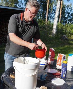 Stefan Törnqvist gräddar kolbullar. Läsarbild: Per Persson.