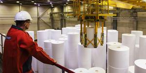 Ett liknande automatiserat höglager för pappersbalar som det som ska byggas i Gävle hamn finns vid ett pappersbruk i Äänekoski i Finland. Foto: Yilport/Gävle hamn