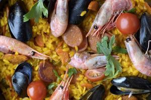 Nordafrika möter Spanien i denna paellavariant med harissa och merguezkorv.   Foto: Janerik Henriksson/TT