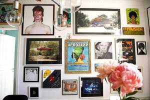 På väggen i matrummet hänger massor av tavlor och bilder.