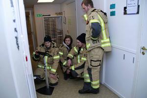Ett litet yrkesvalstest kunde man prova – det gjorde brandmännen Viktor Andersson, Anna och Egon Kardell och Erik Ekblom.