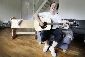 FRÅN VAGGA TILL STUDIO. Christoffer Olssons liv i dag: En vagga som symboliserar nya bebisen, och gitarren som symboliserar nästa period  i studion.