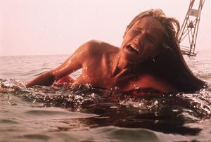 Chrissie Watkins (Susan Backlinie) blir hajens första offer. Foto: Park Circus