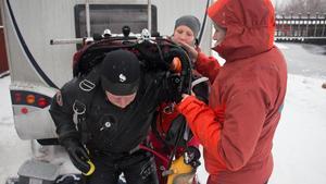 Jens Lindström assisteras av sina två finska kollegor; marinarkeologen Evelina Salo och maringeologen Maija Huttunen.