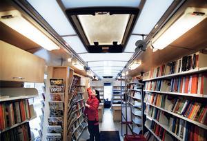 Biblioteksassistenten Claudia Aldernäs i Västerås nya bokbuss 2003. Foto: Magnus Eriksson/VLT:s arkiv