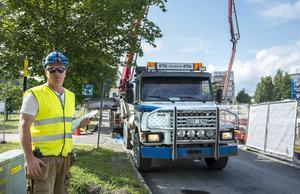 Jonas Holmström på Nordh bygg från Ljusdal har i uppgift att föra noggrant protokoll över de cirka 60 betonglastbilar som passerar under gjutningen.