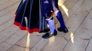 Folkdräkterna och dansen är en visuell signal.