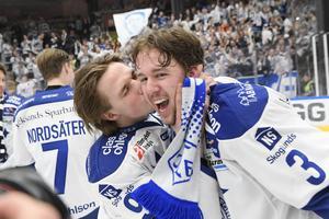 Marcus Karlberg ger August Berg en kyss på kinden efter avgörandet mot Mora i våras. Foto: Ulf Palm/TT.