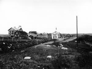 Bilden på hotellet till vänster och järnvägsstationen till höger är från början av 1900-talet. Edsbyn var då en viktig stationsort för resande mellan Hälsingland och Dalarna. Södra Edsbyn var då fortfarande som synes ganska obebyggt. Foto: Maria Engberg.