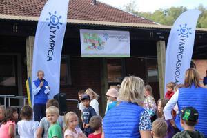Skolgården var full av barn och föräldrar som kommit för att titta på invigningen och visa föräldrarna runt i skolan.