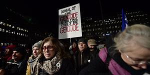 Demonstration på Norra Bantorget mot att författaren Peter Handke tilldelas Nobelpriset i litteratur under prisutdelningen i Konserthuset på tisdagen.Foto: Stina Stjernkvist / TT