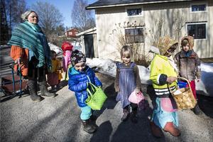 Ett strålande solsken och varmt väder gjorde årets påskvandring i Storhaga till en fest. Barn och förskolepersonal vid Ladans förskola i Storhaga knackade dörr på torsdagsförmiddagen för att önska byborna glad påsk och för att dela ut påskkort.