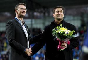Tröjnummer tio hängdes upp för gott. På bilden syns Torbjörn Wilund och Leif Forsberg på Norrporten Arena (numera NP3 Arena, reds. anm.) under ceremonin i samband med allsvenska premiären. Bild: Mårten Englin